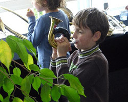 Junge mit Horn