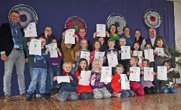 22 Kinder der Grundschule Pang haben ihre Seepferdchen oder Frosch-Urkunde aus den Händen von Vertretern der Bürgerstiftung Rosenheim erhalten