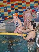 Sprung mit Hilfe ins Becken